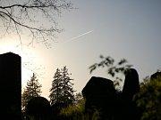 Snímek zobrazuje manželku Josefa Orského Karolinu s dětmi Romanem a Ilonkou. Byl pořízen na zahradě jejich domu v chrudimské ulici V Tejnecku (dům stále stojí) ještě v době, kdy šťastnou rodinu nacismus neohrožoval.