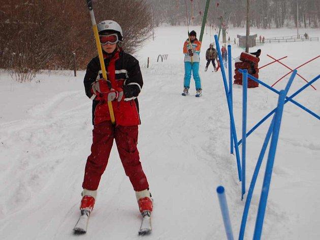 Čtyřicet centimetrů nového sněhu přívitalo v zimním  areálu v Přimdě milovníky lyžování.
