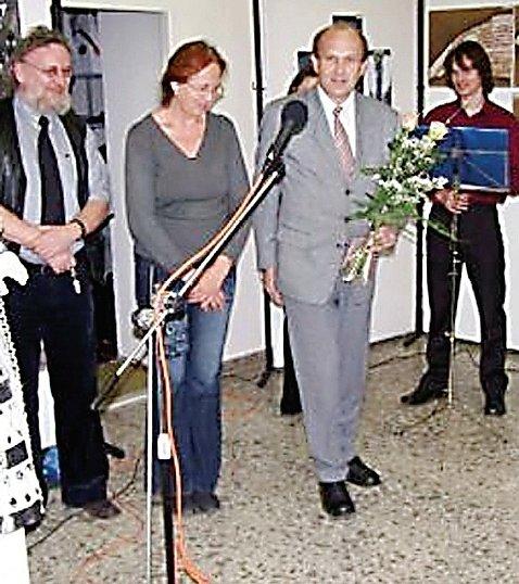 Výstavě byli přítomni i Karel Syka, učitelka Jana Vačviricová a ředitel ZUŠ Stříbro František Kratochvíl (zleva).