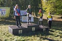 Na mistrovství ČR v terénní lukostřelbě v divizi holý luk na zámku Kozel vybojovaly mezi juniorkami Klára Mužíková (druhá zprava) bronz a Tereza Dischingerová (vpravo) čtvrté místo.