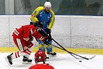 Tachov (na archivním snímku hráč v červeném dresu) v Plzni mocně dotahoval. Nakonec s Kaznějovem padl.
