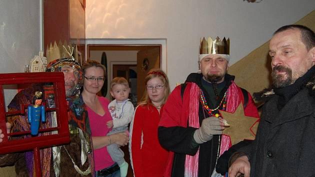 Na snímku jsou tři králové u Eberlů. Zleva je Jiří Kasal, principál Národopisného spolku kladrubského, Veronika Eberlová s dcerkou Sofií, Lucie Šavlová, Jaroslav Pospíšil a Jindřich Pomyje.