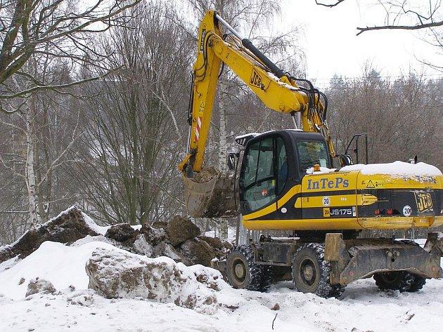 Dělníci připravují výkopy pro kanalizaci jižního předměstí ve Stříbře.