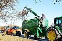 ZAČALA JARNÍ ÚDRŽBA stromů rostoucích podél cest. Silničáři nedaleko Trnové právě nakládají prořezané větve do štěpkovače, které se pak spálí v plánské spalovně.