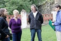 Do Svojšína přijeli v pondělí členové Nadace partnerství, aby si prohlédli a zdokumentovali historii zdejšího kaštanu, který se uchází o titul Strom roku 2012.