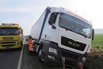 O vyproštění kamionu se psotarali hasiči a odtahová služba.