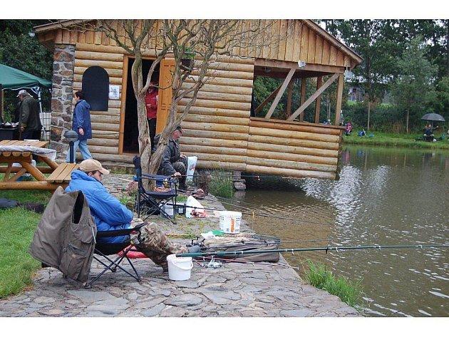 Rybník nedaleko Velkých Dvorců byl v sobotu v obležení rybářů.