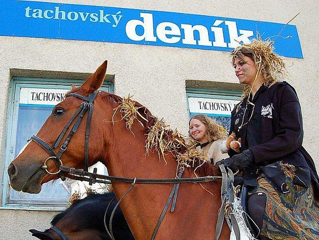 V sedle  Cordy seděla Eliška Kapalínová a Eva Pospíšilová  držela opratě svého oblíbeného koně Mišky (hnědý kůň).
