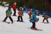 Předškoláci vyrazili na svah do lázní, učí se lyžovat