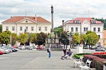 Stříbrské náměstí dnes a před sto čtyřiceti lety.
