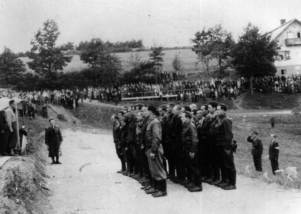 Přísaha jezdců při prvním závodě na stříbrské motokrosové trati v roce 1948. Vladimír Houška stojí v druhé řadě nejblíže k fotografovi.