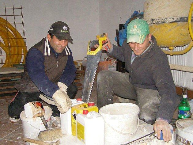 Tomáš Gaži a Václav Daneš pracují na rekonstrukci hasičárny. Daneš bude obkládat a Gaži je malíř.