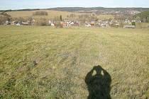 Pohled z Dvorskébho vrchu k Zelenému vrchu, v popředí ves Svobodka, v pozadí Halže.