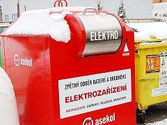 NOVÉ KONTEJNERY na elektroodpad jsou červené. Tento je v ulici 1.Máje v Tachově.