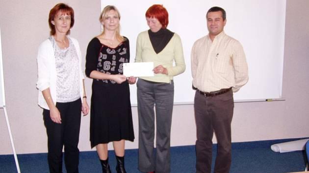 Předání šeku se mimo jiné zúčastnili (zleva) Ivana Havlová, a Soňa Blasbalgová z Alcoy, předsedkyně MAS Český Západ Miroslava Válová a ředitel podniku Alcoa Stříbro António Jacinto.