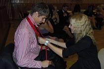 Děvčata a chlapci se při tanečních učili vázat kravaty.