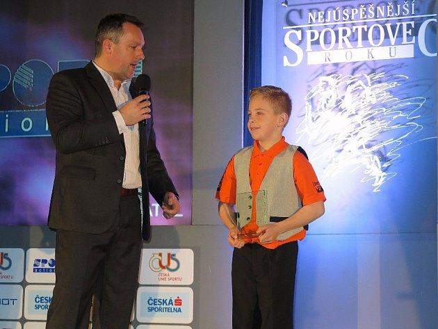 Loňská sportovní hvězda Dominik Kučeřík při vyhlášení s moderátorem Radkem Šilhanem.