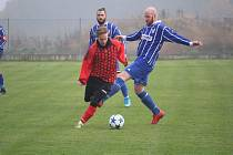 Kostelecký Radek Valena (vpravo v modrém) byl v utkání v Boru vyloučen společně s domácím Davidem Vitoněm. Na snímku svádí souboj s Ladislavem Čížkem ze Sokola Kšice.