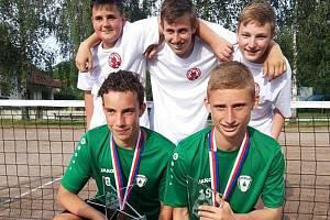 Mistři republiky L. Tolar s P. Gaszczykem (dole zleva) a jejich kolegové M. Fujan, F. Sobotka a D. Nozar (nahoře zleva).