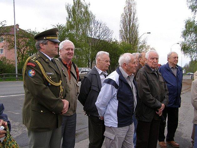 Vojáci vzpomínali u kasáren