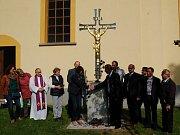 Symbolika kříže, který stojí před kostelem sv. Václava v Rozvadově pomyslně spojuje přátelství obcí, spolupráce na vysoké úrovni už ale funguje téměř třicet let