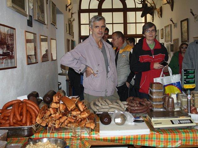 Dlouhá fronta se tvořila o víkendu v kladrubském klášteře, kde se uskutečnily tradiční podzimní vepřové hody, jedna z posledních akcí v klášteře v letošním roce.