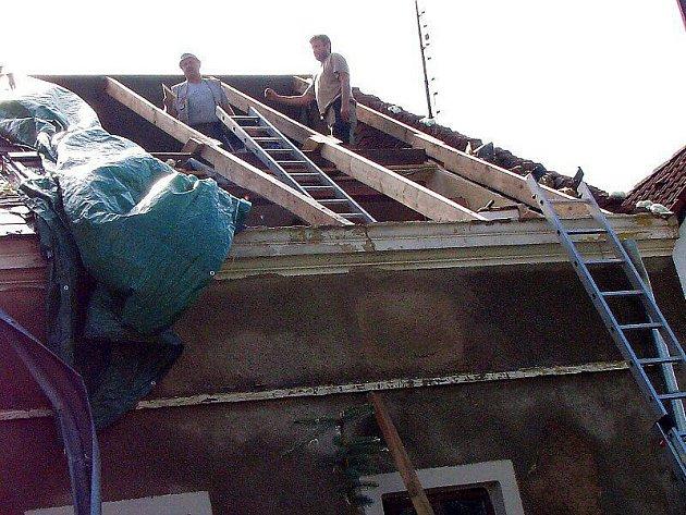 Vichřice trhala střechy, vyvracela stromy