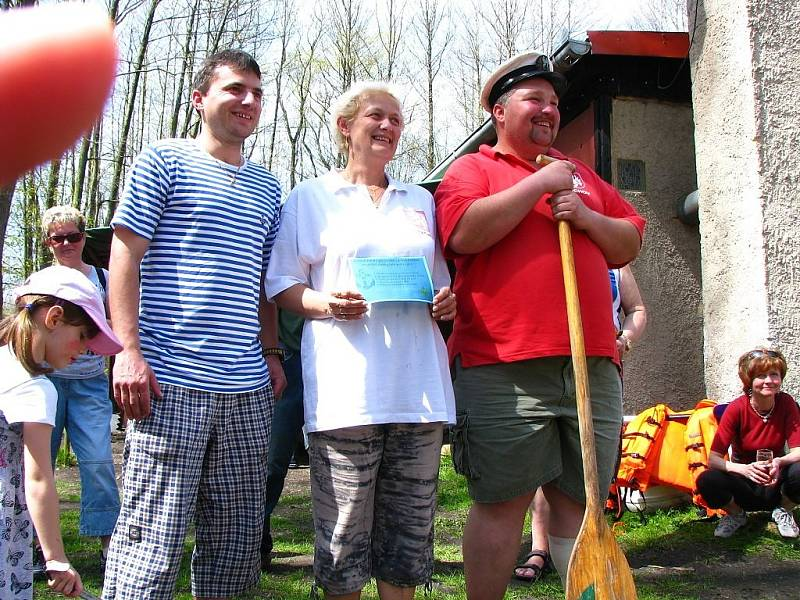 Tachovští vodáci otevřeli sezónu. Odemkli Mži a pasovali nové vodáky.