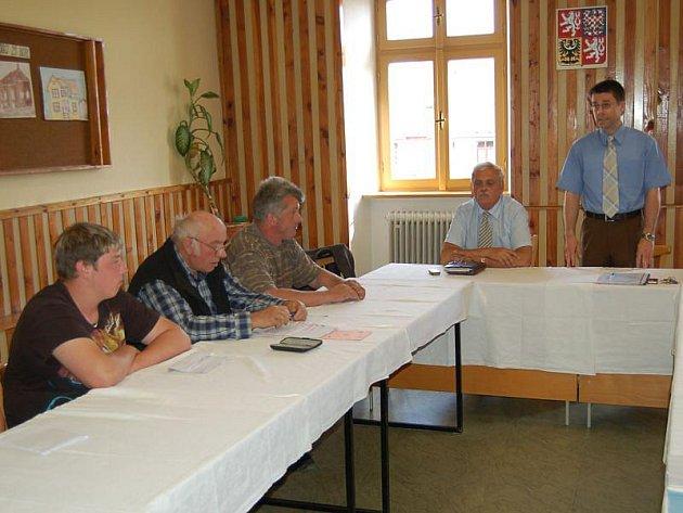 Bezděkovští občané (vlevo) jednali s představiteli Boru v zasedací místnosti tamní radnice.