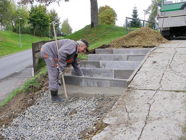 Dělníci opraví postupně všechny schody na severním předměstí ve Stříbře.