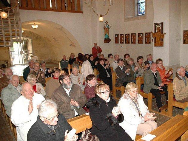 Posluchači koncertu duchovní hudby v Přimdě.
