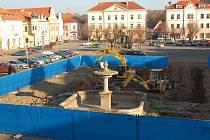 Bagry se dál zakusují do stříbrského náměstí.