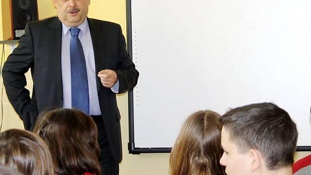Základní školu ve Stráži navštívil ve středu poslanec Václav Votava. S vedením školy hovořil o chystané reformě financování regionálního školství, s žáky pak besedoval o práci poslanecké sněmnovny a zákonodárném procesu.