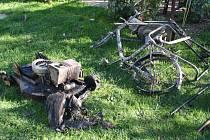 Při čtvrtečním požáru v Plané shořely sekačky, jízdní kolo, drtička na větve.