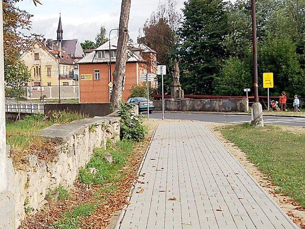 Okolí borského zámku se může pyšnit nejen novými přechody, ale také moderními chodníky. V blízké době se dostane i na rekonstrukci stávající zámecké zdi (na snímku).