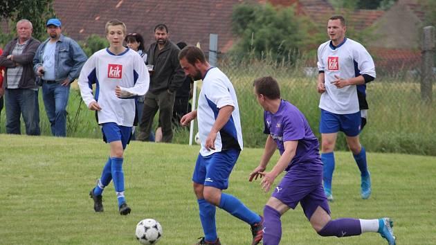 Fotbalisté Bernartic (v bílém) skončí v meziokresním turnaji pěti týmů na druhém místě. Loko Hostouň (ve fialovém) bude ještě bojovat o bronz.