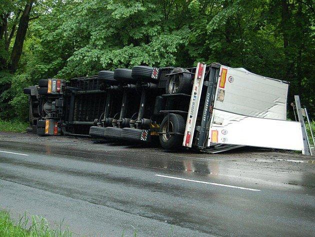 Kamion se převrátil na křižovatce