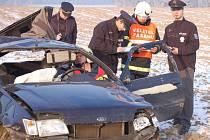 Řidič vletěl s fordem do pole u Trnové.
