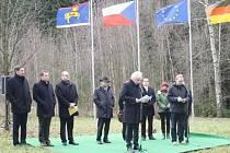 REGIONÁLNÍ POLITICI si v úterý připomněli 25 let od symbolického přestřižení ostnatých drátů u nových Domků nedaleko Rozvadova.