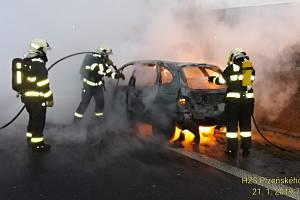 Hasiči v pondělí ráno zasahovali u požáru osobního auta.