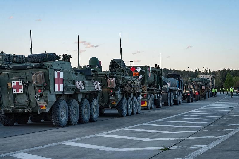 Konvoje armády USA na hraničním přechodu v Rozvadově.