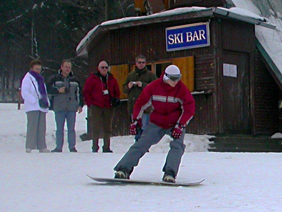 Milovníkům zimních sportů dnes začala na přimdské sjezdovce lyžařská sezona. Těšit se mohou i na večerní lyžování.