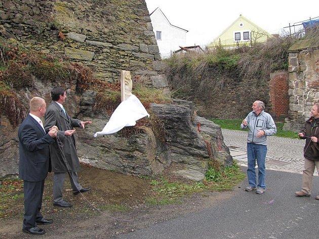 U kamenného mostu ve Stříbře odhalili nový milník času Jakoubka ze Stříbra