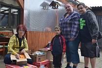 Několik beden pomoci pro senegalské děti přivezli zaměstnanci mateřské školy ze Zbraslavi.