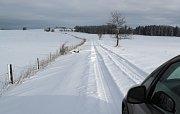 V zimě neudržovaný úsek silnice z Boněnova na Tachovsku do Bezvěrova na Chebsku.