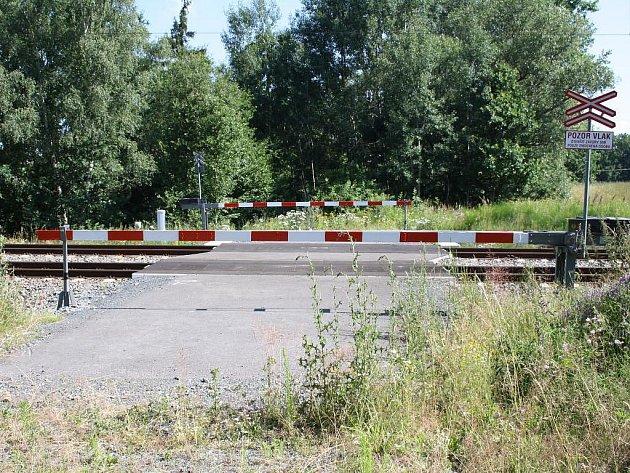 Cesta z Vrbice u Stříbra k vlakové zastávce Milíkov končí u těchto uzamčených závor