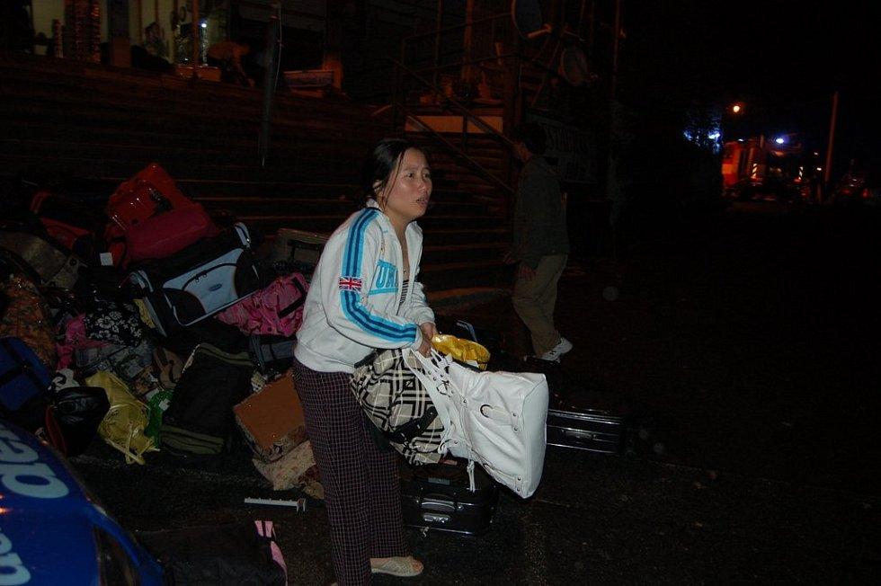 Vietnamci ve spěchu vyklízeli zboží ze stánků, do kterých se oheň nedostal.