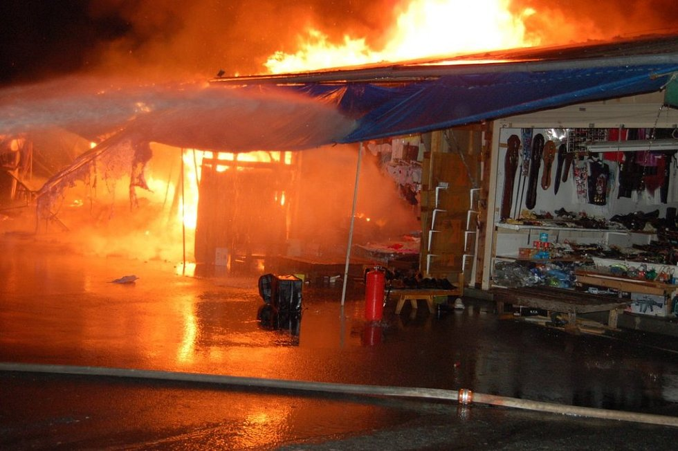 Požár zachvátil vietnamskou tržnici ve Svaté Kateřině u Rozvadova.