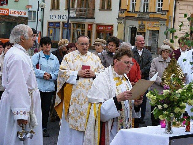Průvodem a modlitbami ve městě si tachovští věřící připomněli svátek Božího těla. Na snímku tachovský farář Václav Vojtíšek při modlitbě na náměstí.