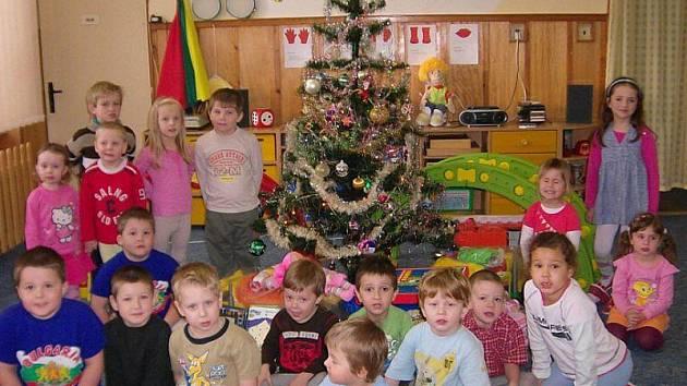 Do kostelecké školky přišel Ježíšek později, ale dárků přinesl dětem mnoho.